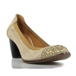 zapato  beige con remaches . spv