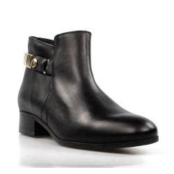 botines negros con pieza dorada.15008