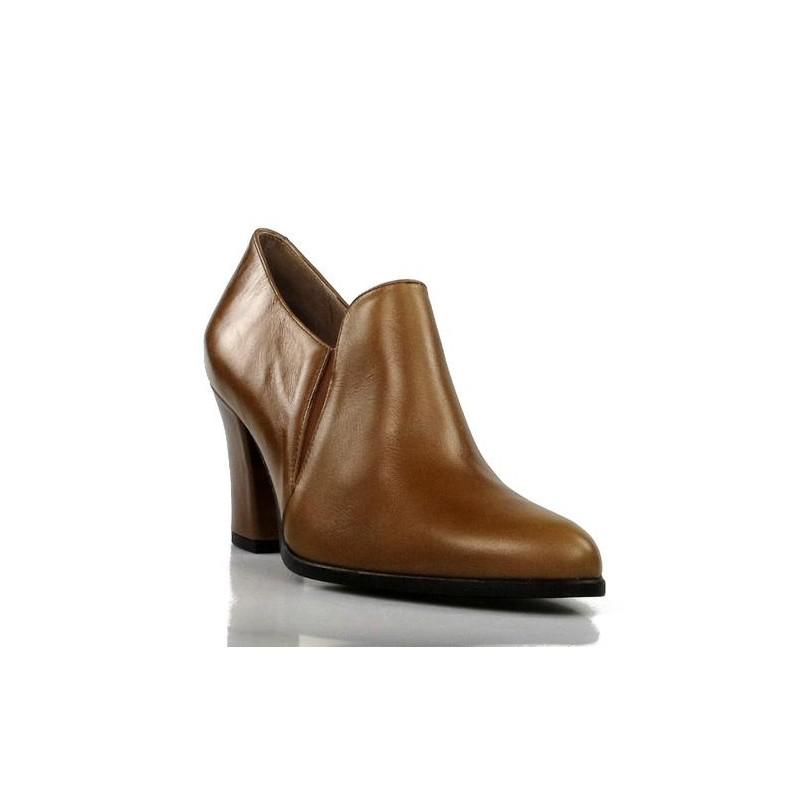 zapatos abotinados color cuero . 180