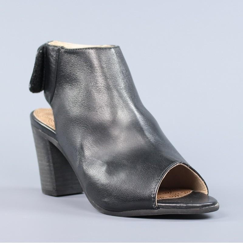 sandalias abotinadas negras.9100