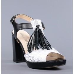 sandalias negras y blancas con flecos.466