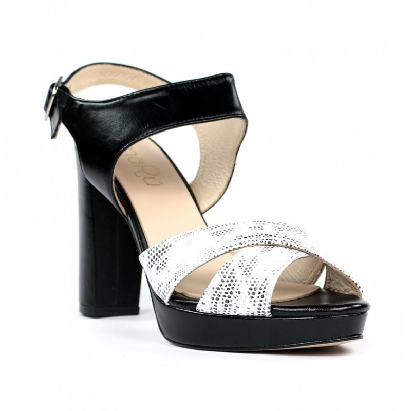 Sandalias negras con tiras blancas.ma11