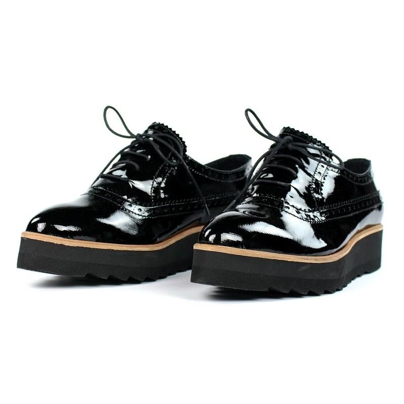 Zapatos de charol cuña ligera.50022
