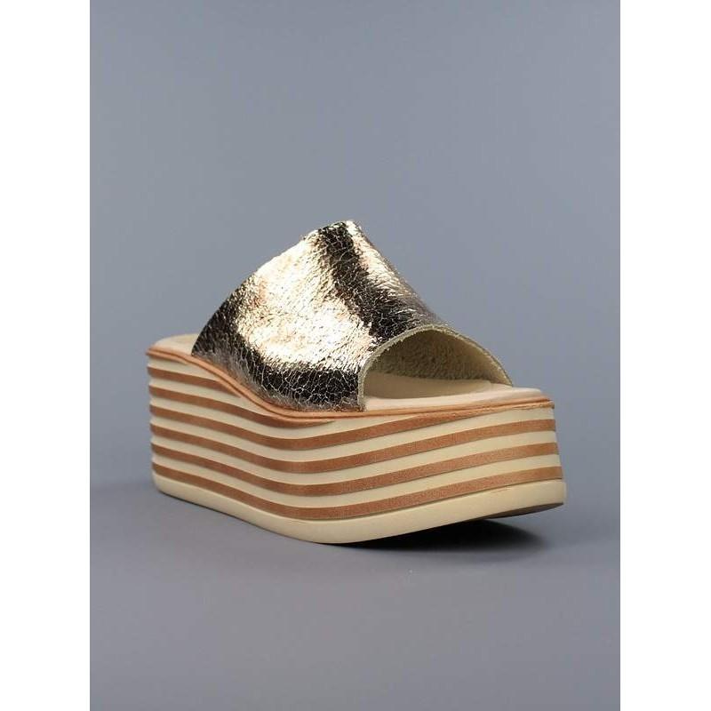 Zuecos flatform dorados.17369