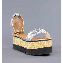 Sandalias plateadas con cuña de madera.hv29