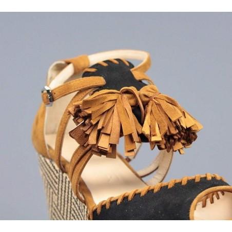 Sandalia color cuero de cuña de rafia.55019