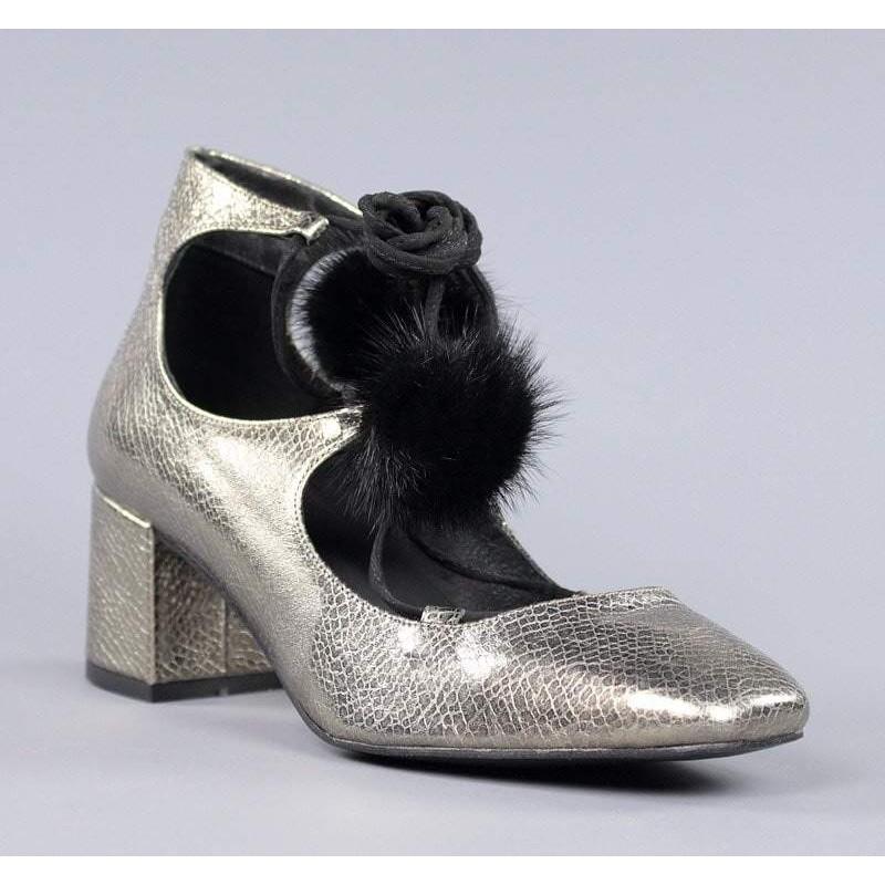 Zapatos con cordones y pompones.60139